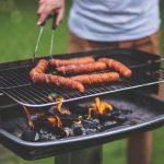 Barbecue da Giardino acceso con la carne arrosto