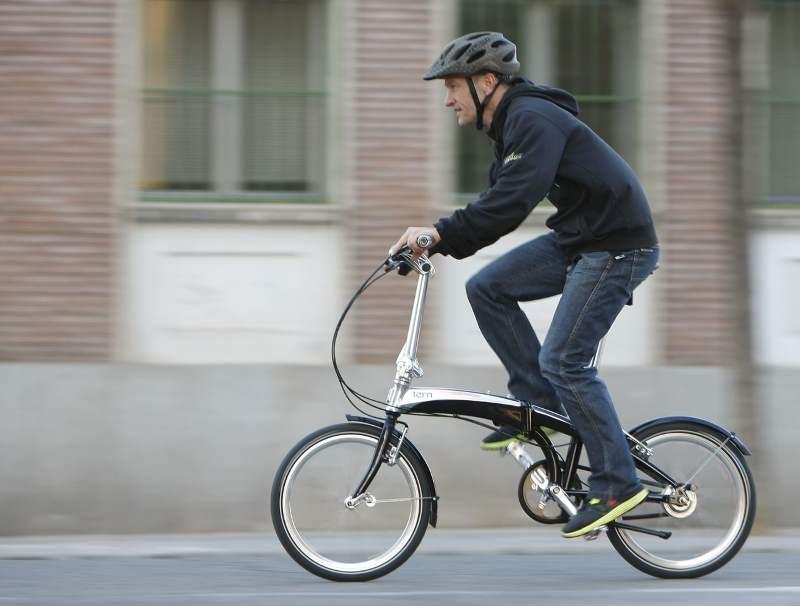 Ciclista su Bicicletta Pieghevole