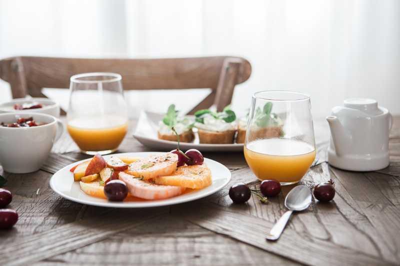 Fare colazione con frutta e succhi