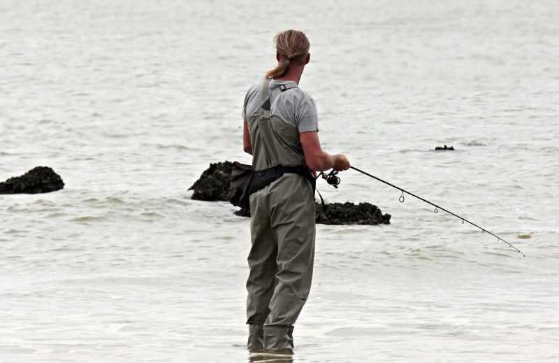 Pescatore in riva al Mare con canna da pesca fd7cc1c9cfbb
