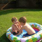 Piscina Gonfiabile con Bambini che Giocano