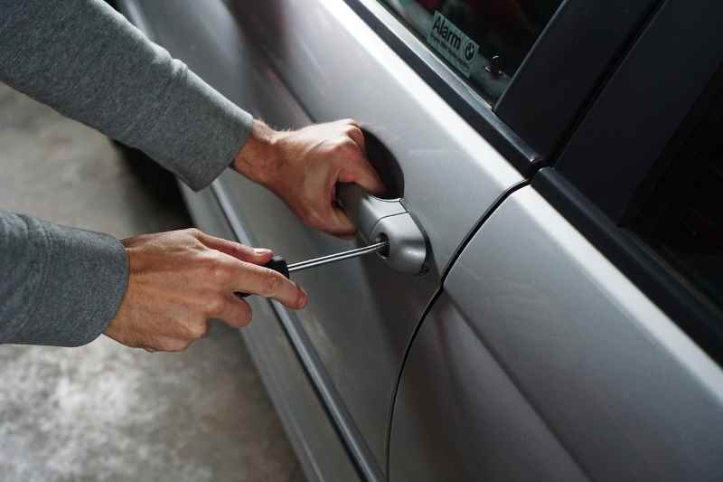 Ladro che ruba auto
