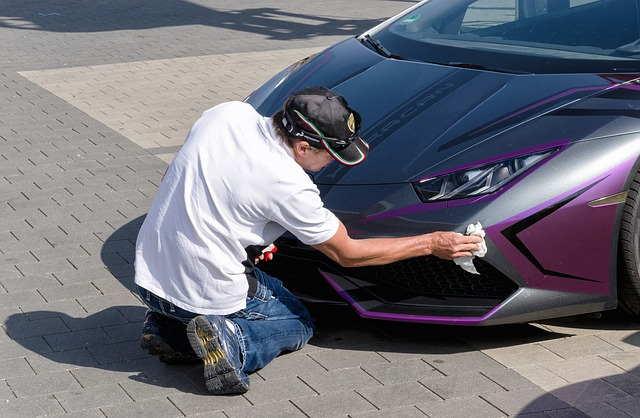 Uomo che Lucida la propria auto